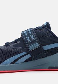 Reebok - LIFTER PR II - Zapatillas de entrenamiento - vector navy/blue slate/neon cherry - 5