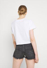 Levi's® - CROPPED JORDIE TEE - T-shirt z nadrukiem - tbd104 - 2