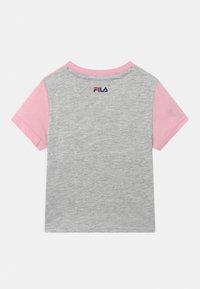 Fila - THEA BLOCKED UNISEX - Print T-shirt - light grey melange/pink mist/bright white - 1