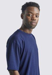 Icebreaker - T-shirt basic - royal navy - 4