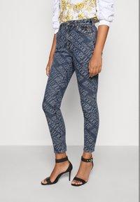 Versace Jeans Couture - Vaqueros pitillo - indigo - 4