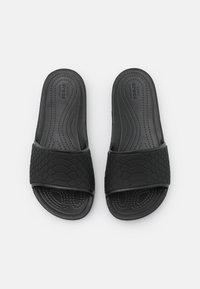 Crocs - SLOANE SNAKE LOW SLIDE  - Sandaler - black - 4