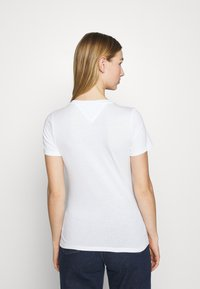 Tommy Jeans - FLAG TEE - Printtipaita - white - 2