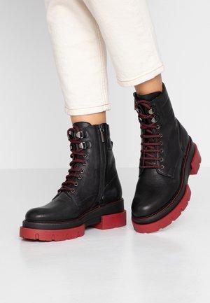 DEBORA - Platform-nilkkurit - black/red