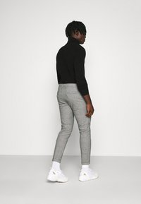 Redefined Rebel - ERCAN PANTS - Pantalon classique - grey check - 2