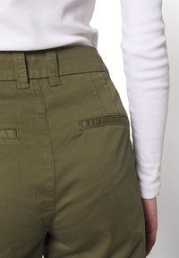 Selected Femme - SLFMEGAN - Chinos - olive night - 4