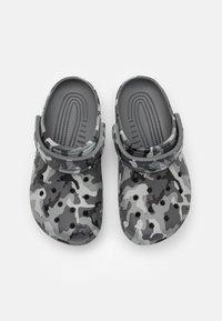 Crocs - CLASSIC UNISEX - Klapki - slate grey/multicolor - 3