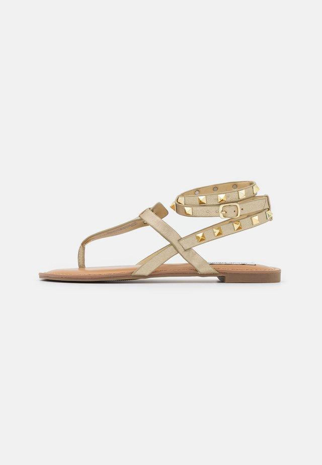 SIRENA - Sandály s odděleným palcem - gold