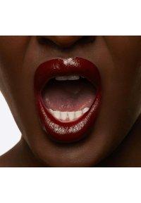 MAC - LOVE ME LIQUID LIPCOLOUR - Vloeibare lippenstift - i vote for me - 5