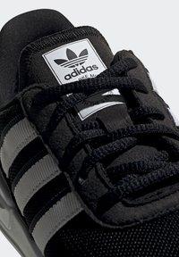 adidas Originals - LA TRAINER LITE SHOES - Trainers - core black/ftwr white/core black - 7