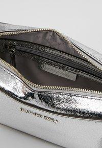 MICHAEL Michael Kors - CROSSBODIES CAMERA BAG - Across body bag - silver - 4