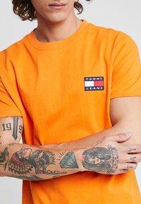 Tommy Jeans - BADGE TEE - Basic T-shirt - orange - 4