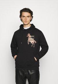 Common Kollectiv - HORSE HOOD UNISEX - Hoodie - washed black - 0