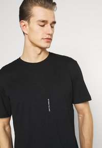 Selected Homme - SLHRELAXFREDDIE POCKET ONECK - Printtipaita - black - 3