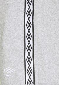 Umbro - TAPED SHORT LOOPBACK - Sports shorts - grey marl - 3