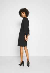 comma - Pletené šaty - black - 2