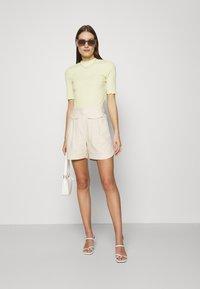 Selected Femme - SLFCECILIE - Shorts - sandshell - 1