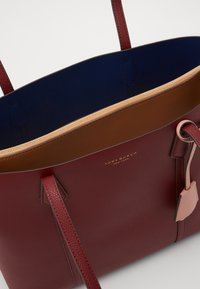 Tory Burch - PERRY TRIPLE COMPARTMENT TOTE - Velká kabelka - tinto - 2