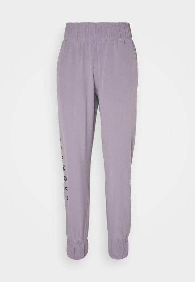 GRAPHIC PANTS - Teplákové kalhoty - slate purple
