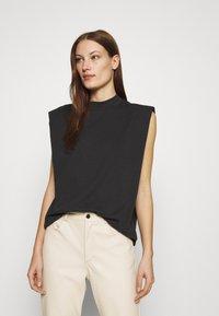 Selected Femme - SLFLEANNE PADDED TEE - Print T-shirt - black - 0