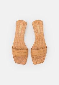 Cult Gaia - MAYA  - Pantofle - almond - 4