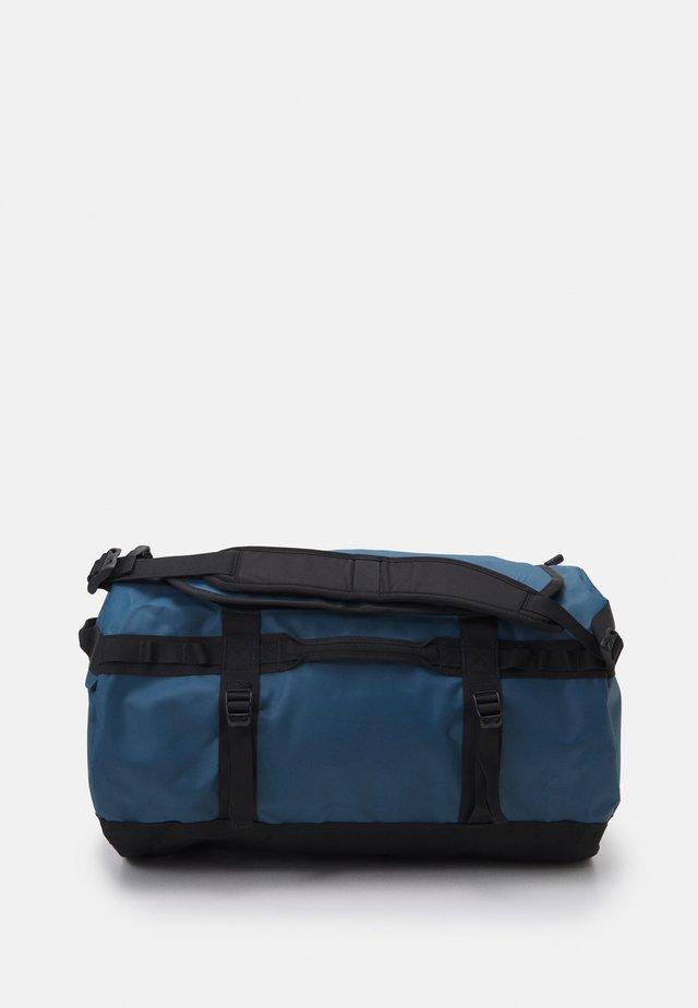 BASE CAMP DUFFEL S UNISEX - Sac de sport - monterey blue/black