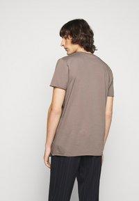 Filippa K - ROLLNECK - Basic T-shirt - dark taupe - 2