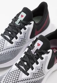 Nike Performance - ZOOM WINFLO - Zapatillas de running neutras - white/noble red/black/iced lilac/pistachio frost