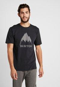 Burton - CLASSIC MOUNTAIN HIGH - Triko spotiskem - true black - 0