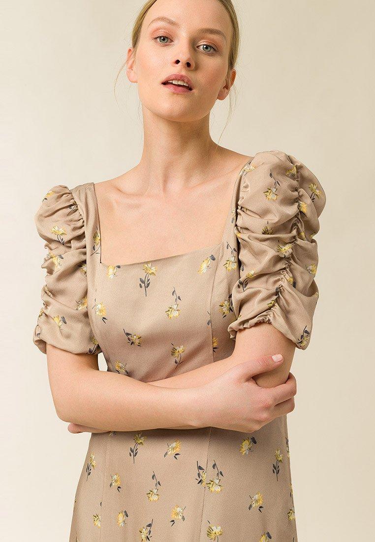 Abbigliamento da donna IVY & OAK MIT GERRAFTEN ÄRMEL Vestito estivo aop flower toffee