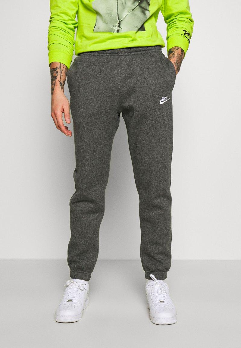 Nike Sportswear - CLUB PANT - Pantalon de survêtement - charcoal heathr/anthracite