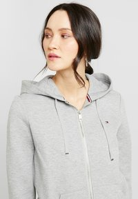 Tommy Hilfiger - HERITAGE ZIP THROUGH HOODIE - Hettejakke - light grey - 3