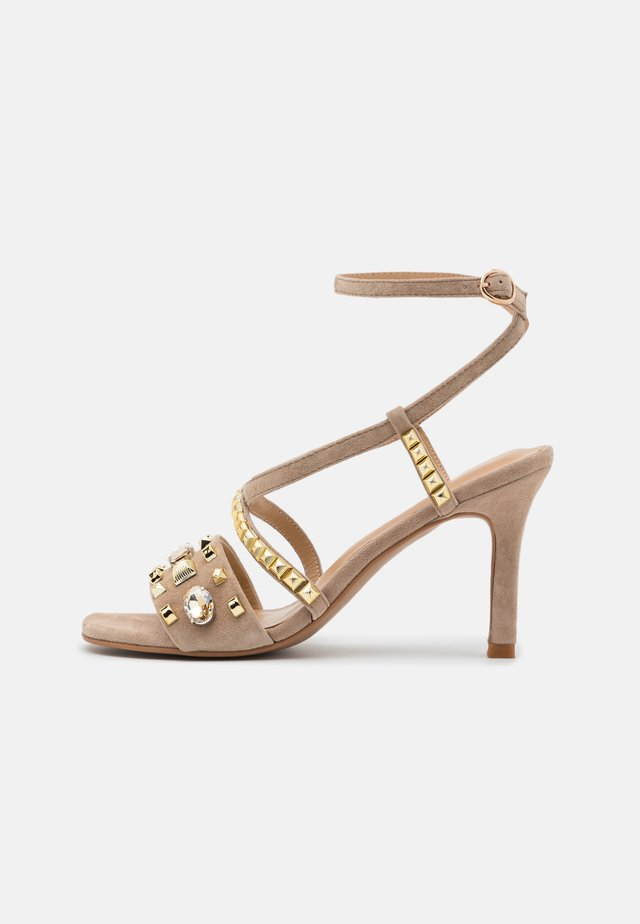 Sandály na vysokém podpatku - vison