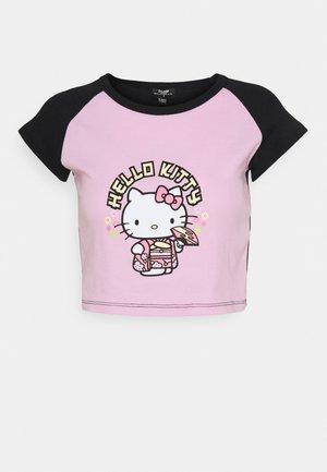 HELLO GEISHA RAGLAN BABY TEE - Print T-shirt - pink