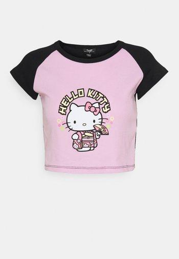 HELLO GEISHA RAGLAN BABY TEE - T-shirt con stampa - pink