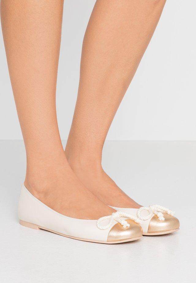 AMI - Baleriny - oro/coco panna/bianco