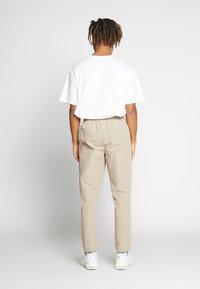 Woodbird - HANSI TRACK PANT - Pantalon classique - sand - 2