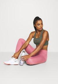 Nike Performance - BRA PAD - Sujetador deportivo - cargo khaki/pure - 1