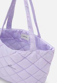 Holzweiler - HANGER TOTE SMALL UNISEX - Handbag - lilac - 3