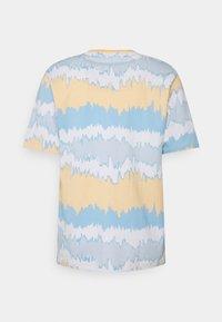 adidas Originals - UNISEX - T-shirt con stampa - hazy orange/multicolor - 6