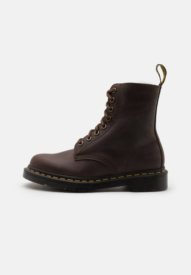 1460 PASCAL 8 EYE BOOT UNISEX - Lace-up ankle boots - dark brown
