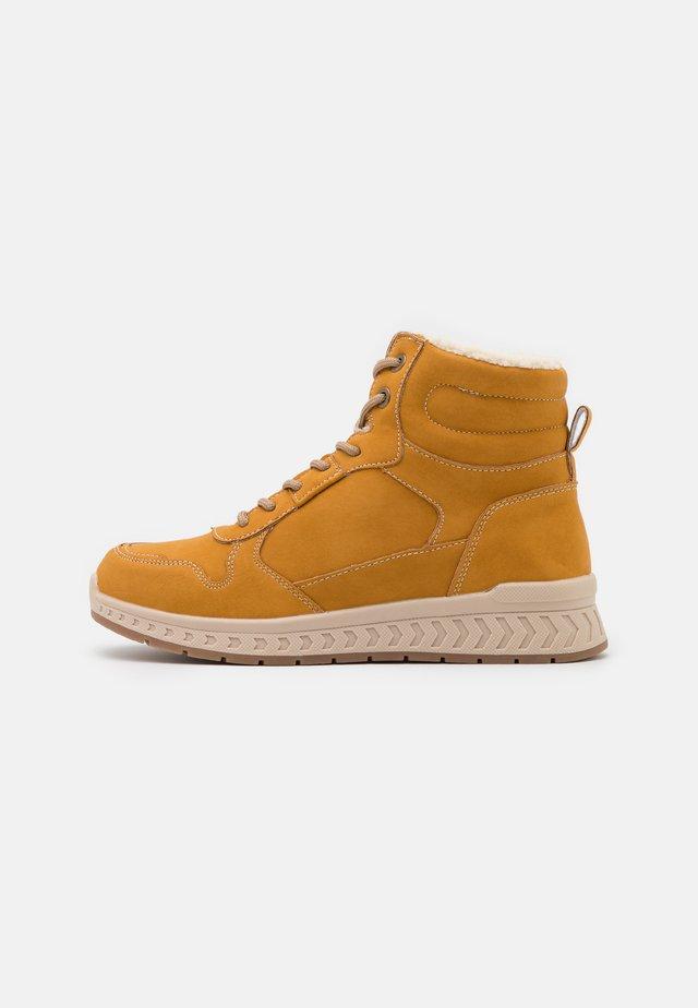 Šněrovací kotníkové boty - yellow