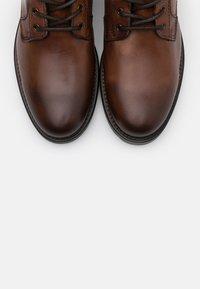Marc O'Polo - LACE UP BOOT - Šněrovací kotníkové boty - cognac - 4