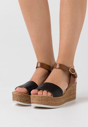 SAMUEL - Platform sandals - nero/camel