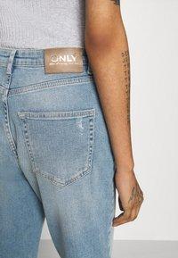 ONLY - ONLVENEDA LIFE MOM DESTROY - Jeans relaxed fit - medium blue denim - 4