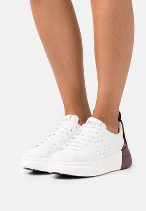 Baskets basses - bianco/burgundy