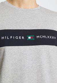 Tommy Hilfiger - NEW LOGO TEE - Printtipaita - medium grey heather - 5