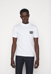 Versace Jeans Couture - MARK  - T-shirt imprimé - white - 0
