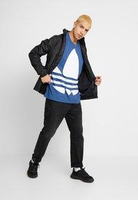 adidas Originals - TREFOIL TEE - T-shirt print - marine - 1