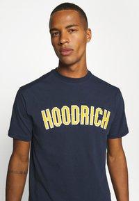Hoodrich - DRIP - Print T-shirt - navy/yellow - 4